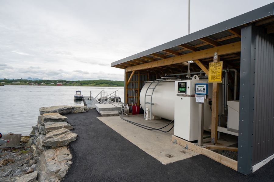 Perfekter Tankservice - Saltstraumen Brygge besitzt eine eigene Bootstankstelle. Am Steg anlegen und einfach mit der Zapfpistole das Boot betanken.
