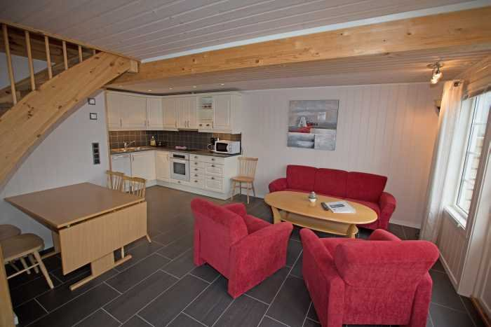Wohnbereich mit Küche im Erdgeschoss des Bungalows.