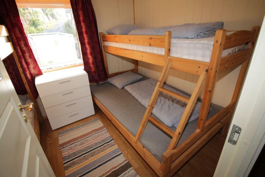 Eines der beiden Schlafzimmer mit jeweils 2 Doppelstockbetten in Apartment Lille Molla.