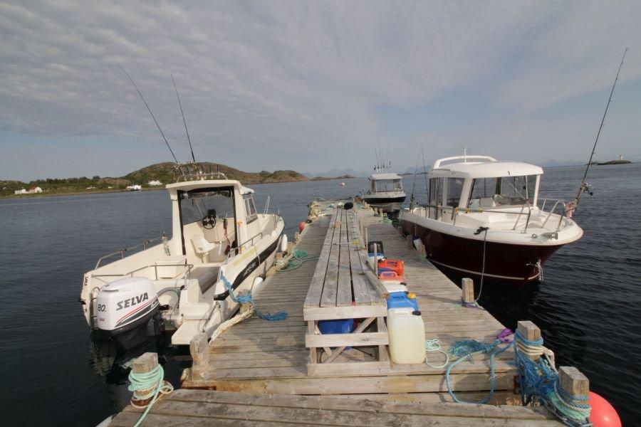 Dolmøy Kabinenboote mit 80 und 100 PS und 21 Fuß lange Merry Fisher Marlin-Boote mit 100 PS stehen den Kunden von Lofotbrygga Brettesnes zur Verfügung.