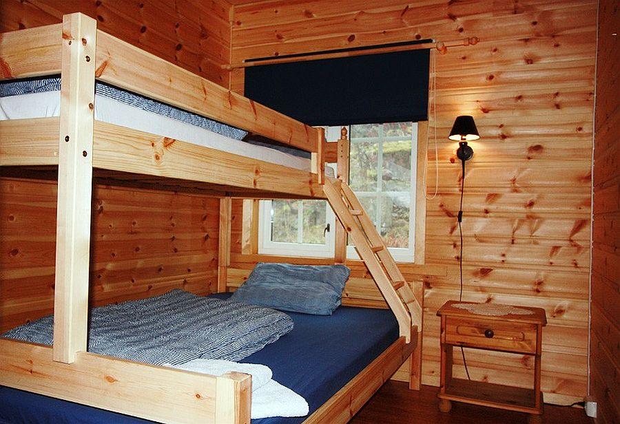 Eines der Schlafzimmer in der Unterkunft Sponvika.