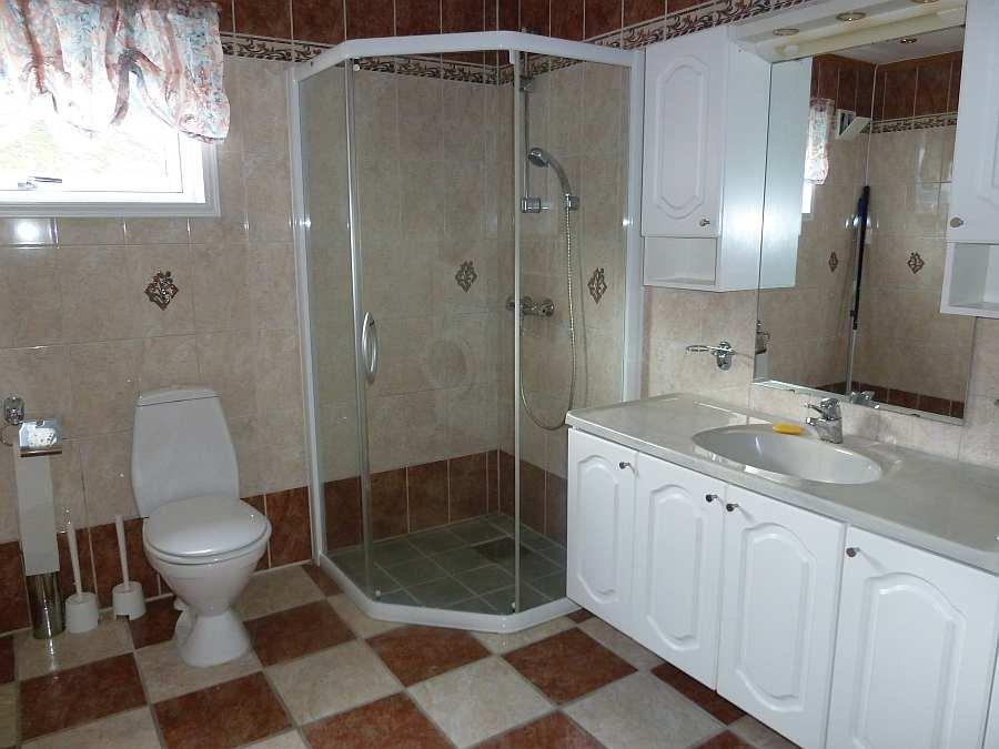 Das große Bad mit Dusche, WC und Fußbodenheizung