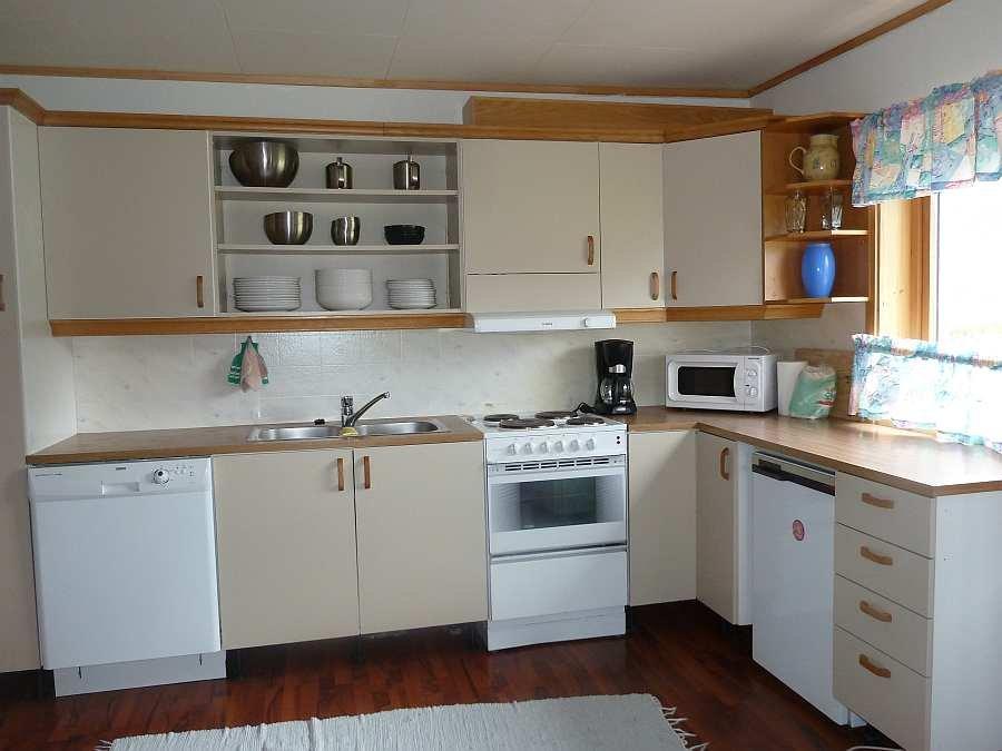 Die komplett ausgestattete Küche verfügt natürlich über eine Spülmaschine und über zwei Kühlschränke