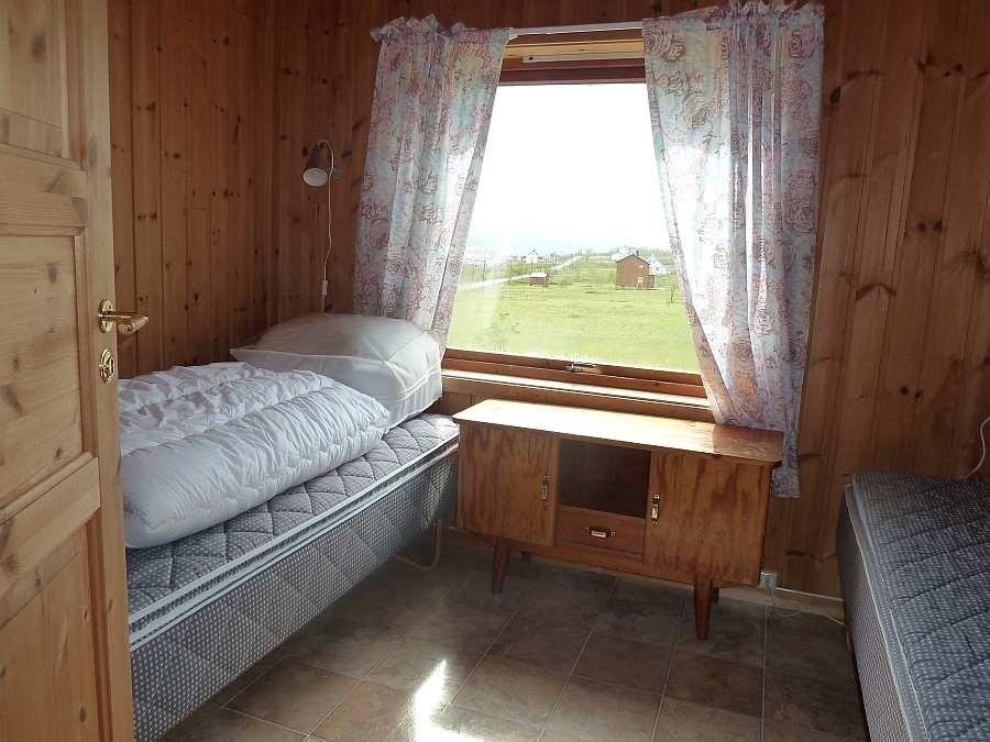 Eines der 5 Schlafzimmer mit jeweils zwei Einzelbetten - hier mit Blick auf den Fjord