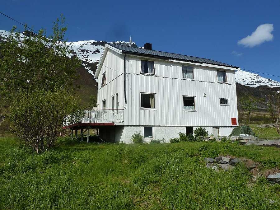 Haus Akkarvik auf der Insel Arnøya am Ausgang des Lygnefjords