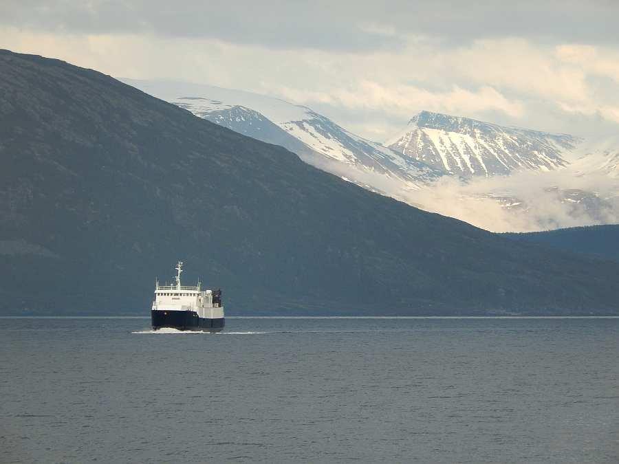 Die Fähre von Storstein nach Lauksundskaret bringt Sie auf die Insel Arnøya