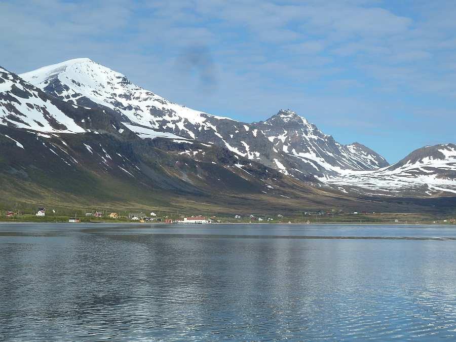 Blick vom Wasser auf den kleinen Fischerort Akkarvik