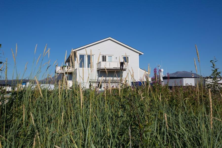 Das Ferienhaus mit den Apartments Hillesøya und Sommarøya direkt am Strand und Hafen.