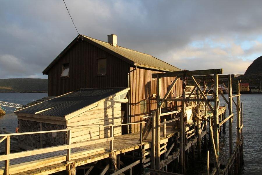 Das große Filetierhaus mit Gefrierraum liegt nur einen Katzensprung von der Anlage über die Straße gleich am Bootssteg.