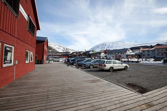 Vor den Häusern befinden sich reichlich Parkplätze.