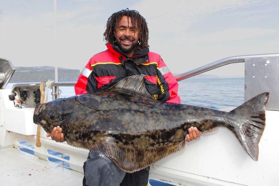 Fußballstar Patrick Owomoyela mit seinem 40-Kilo-Plattfisch aus dem Tanafjord.