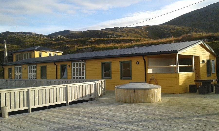 Balder- und Anna-Matheabua, die Apartments im Doppelrorbuer von Tufjord Brygge. Im Hintergrund die Villa Aurora.