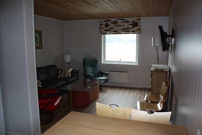 Wohnzimmer mit Flachbildschirm und Kabel-TV.