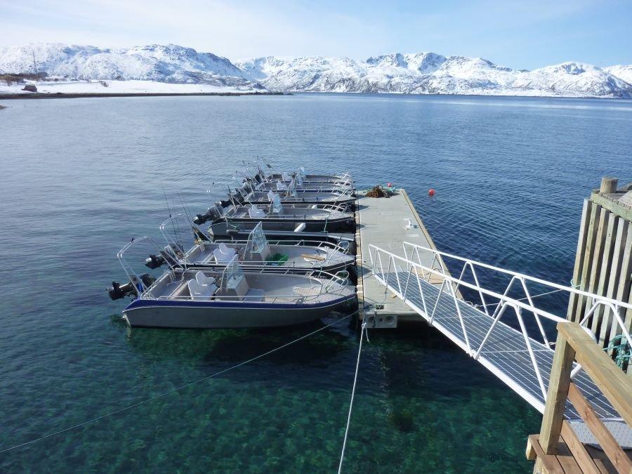Perfekt: Am Steg  liegen 19-Fuß-Aluminiumboote mit 50 und 70 PS Viertakt-Außenbordern.