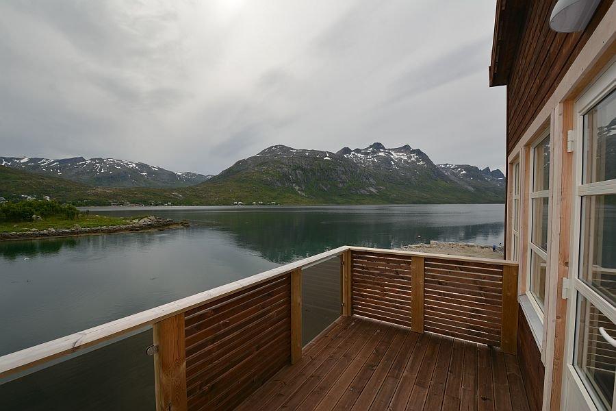 Von den Balkonen der Apartments genießen Sie eine traumhafte Aussicht über den Ersfjord.