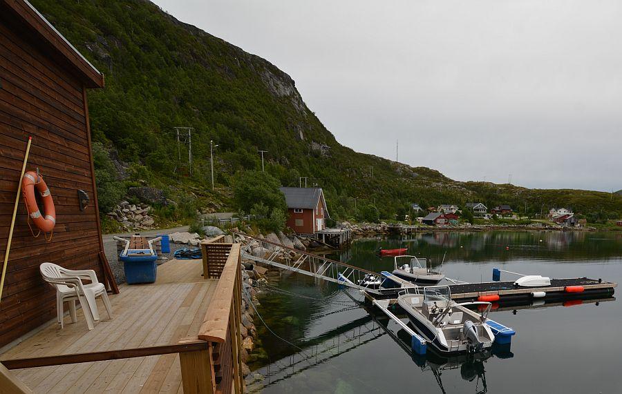Der Bootssteg, an dem die sicheren und schnittigen Aluboote vertaut sind, liegt direkt vorm Filetierhaus.