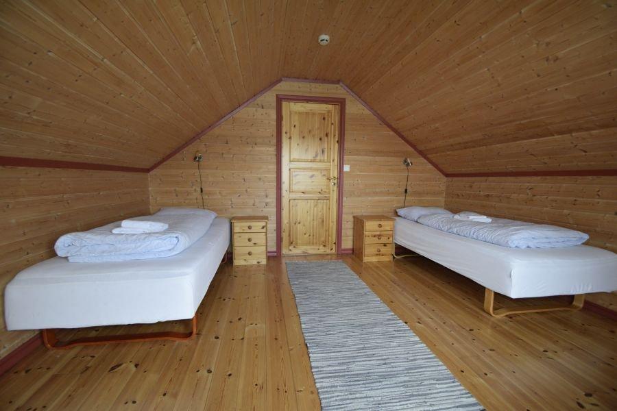 Schlafzimmer im Obergeschoss mit zwei Einzelbetten.