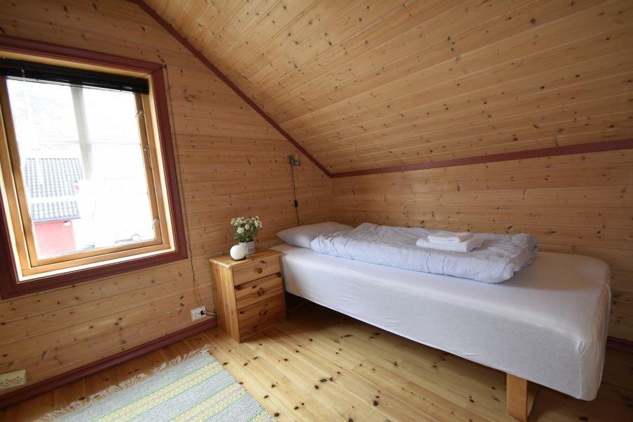 Einzelbett in einem der Schlafzimmer im Obergeschoss.
