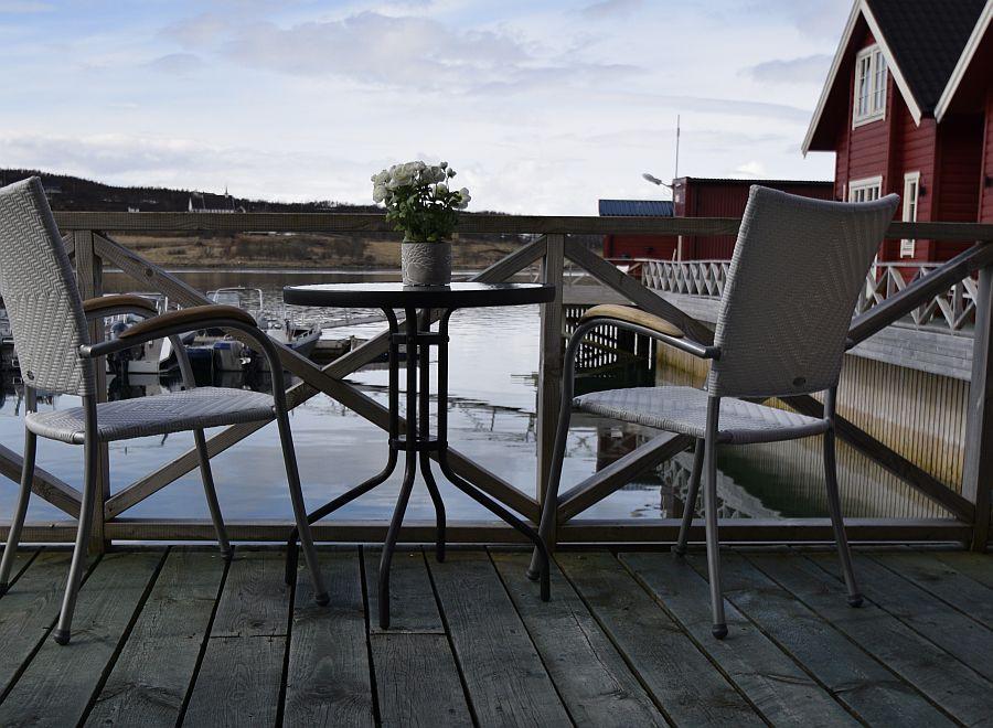 Schauen Sie von der Terrasse zu, wie andere Gäste des Lyngen Havfiske & Tursenter ihren großen Fang anlanden!