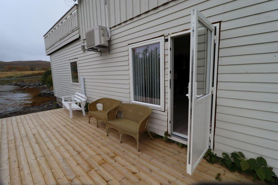 Eigene Terrasse für das neue, kleine Apartment in Malangen Havfiske.