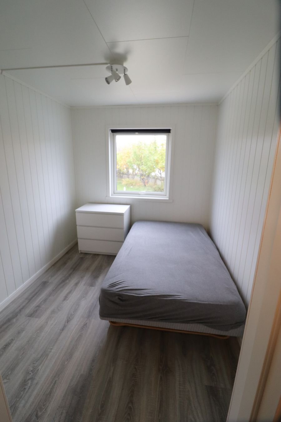 Eines der drei Schlafzimmer im kleinen Apartment.
