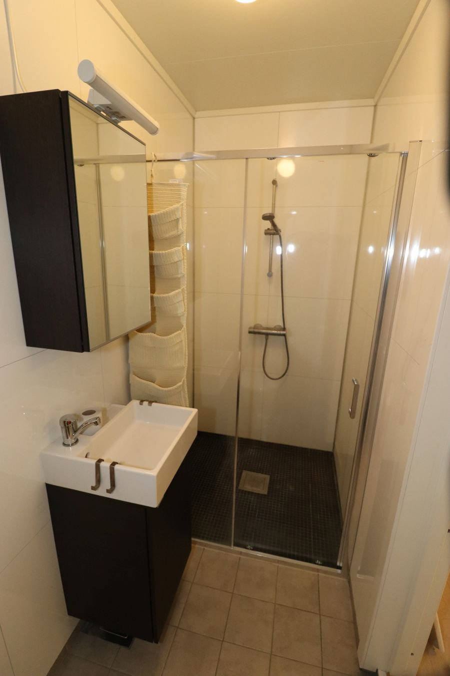 Bad/WC im kleinen Apartment.