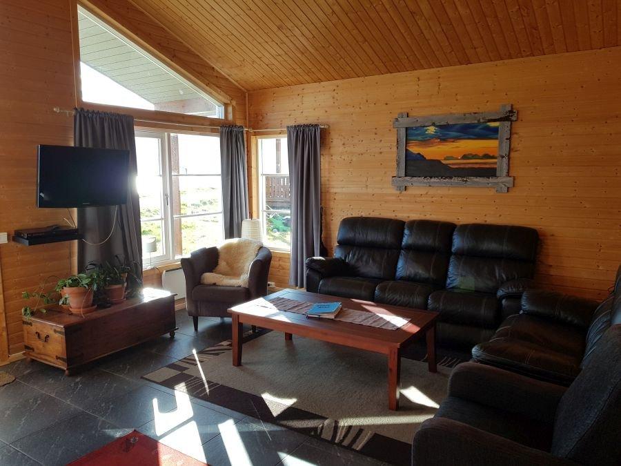 Der Wohnbereich eines Ferienhauses mit Sofa.