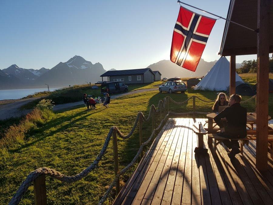 Terrasse des neuen Cafes im Lyngen Sjøcamp mit Blick auf die Lyngen-Alpen.