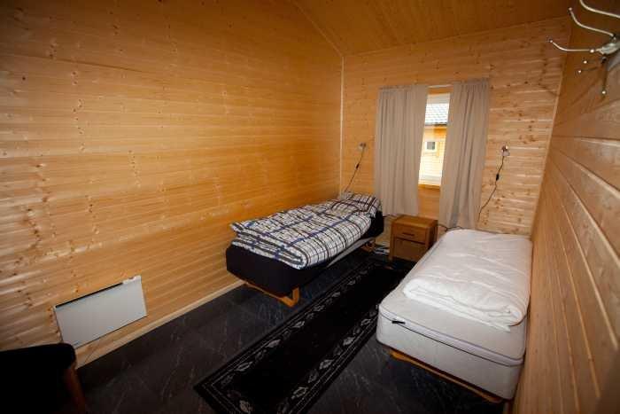Schlafzimmer mit zwei Schlafplätzen.