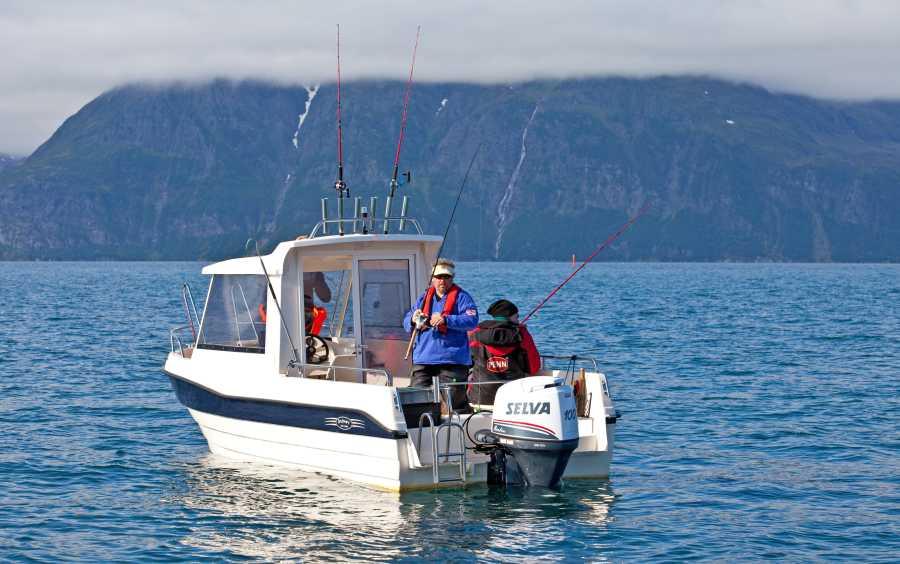 Dolmøy-Boote: 23 Fuß/100-PS-Viertakt-Außenborder, E-Starter, Schlupfkajüte, Echolot, GPS/Kartenplotter und Rutenhalter.