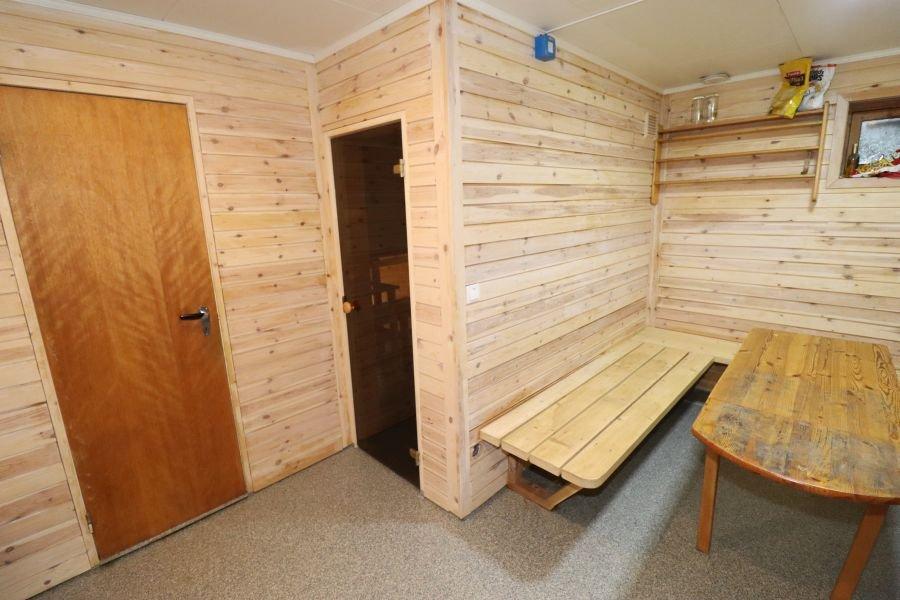 Eine gemütliche Sauna ist vorhanden.