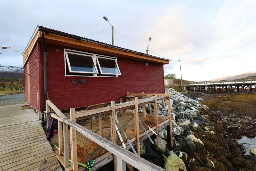 Das Filetierhaus liegt direkt am Bootssteg.