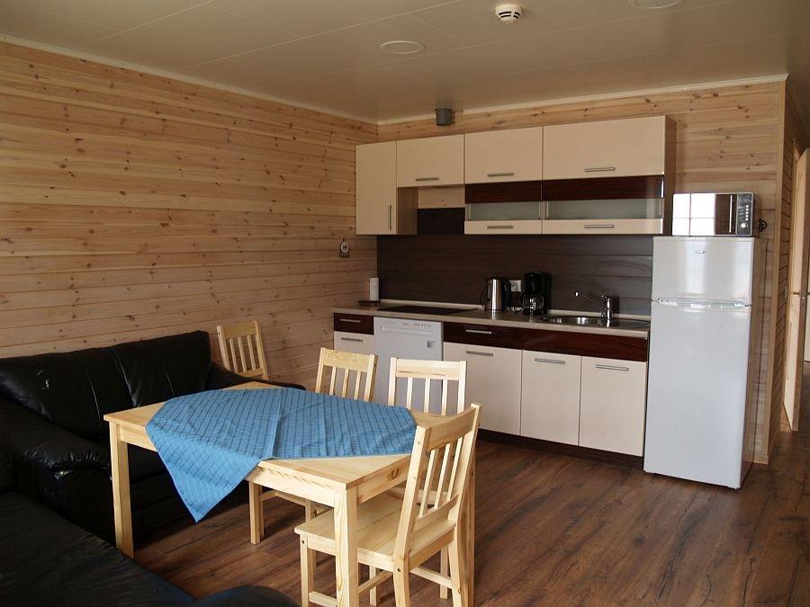 Blick auf die voll ausgestattete Küche vom Apartment 1.