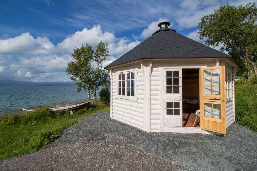 Die Grillhütte für die Gäste ist fertig - inklusive Traumaussicht auf den Tranøyfjord und Senja.