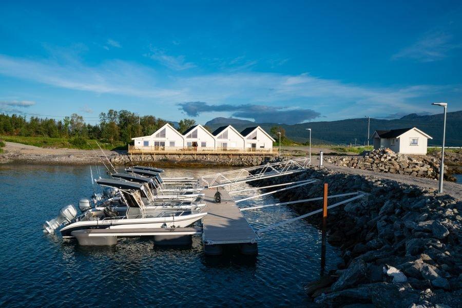 Dyrøysund Sjøhus mit Bootshafen, Filetierhaus (rechts) und Hauptgebäude (in der Mitte).