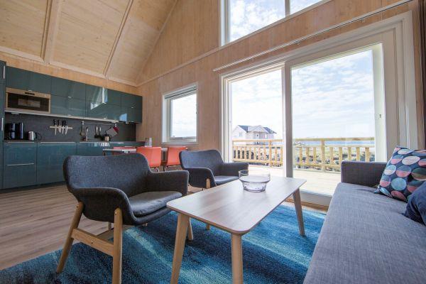 Wohnzimmer und Küche mit Ausblick auf den Fjord und Senja! Foto: jennyhoff.no