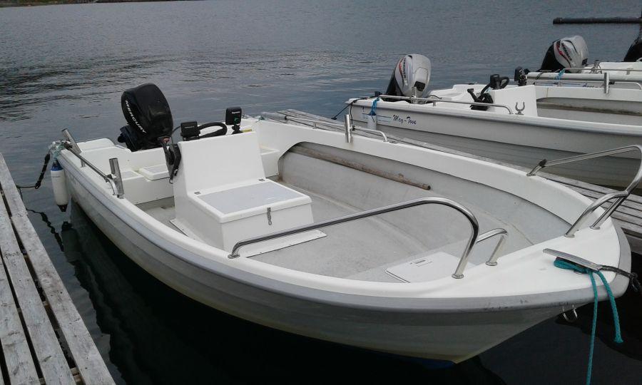 GFK-Boote, 18 Fuß/25 PS mit 4-Takt-Außenborder, Steuerstand und Echolot stehen Ihnen im Furøy Fishingcamp zur Verfügung.