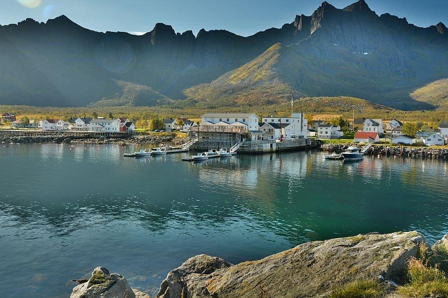 Mefjord Brygge auf der Insel Senja.
