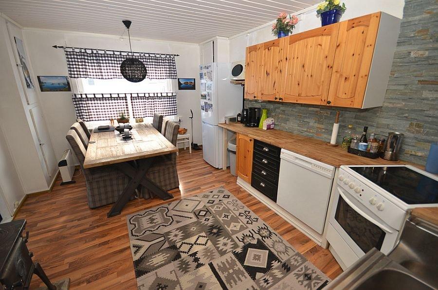 Die Küche der Senja Lodge bietet ausreichend Platz, um den frischen Fang zu kochen.