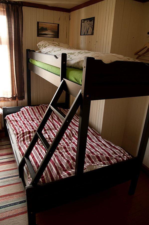 Eins der Schlafzimmer im Ferienhaus Senja Lodge.