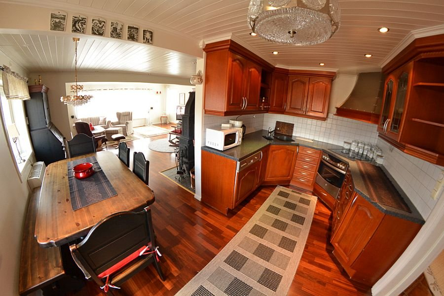 Die luxuriöse Küche der Senja Lodge bietet ausreichend Platz zum kochen.