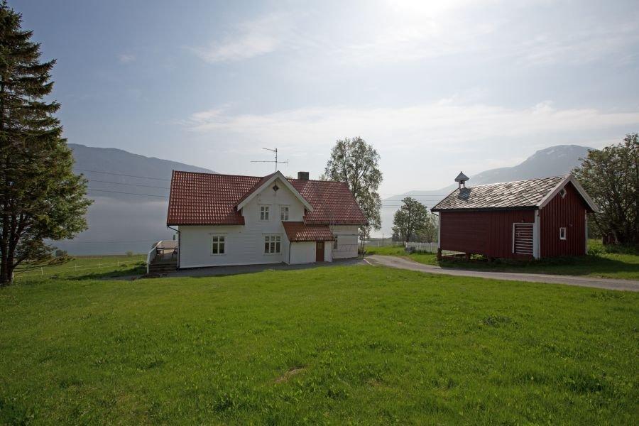 Liegt perfekt mit Blick auf den traumhaften Kasfjord: Skjærstad Gård in der Nähe von Harstad.