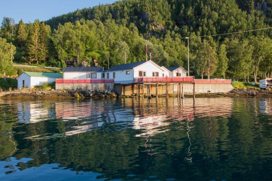 Bei jeder Wetterlage fischbar - der Fjord vorm Sandbakken Fishing Camp.
