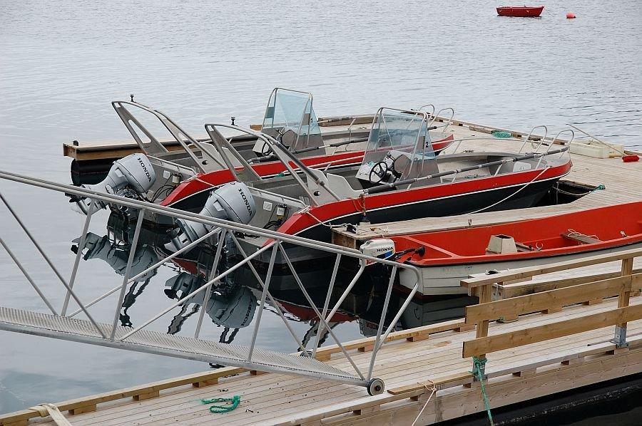 Der Bootssteg mit den schnittigen Alubooten von Toppsundet Havfiske.