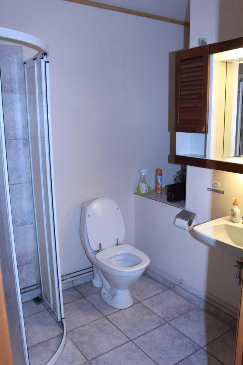 Bad und WC im Haupthaus. Eine Sauna mit Dusche/WC wurde  zusätzlich 2015 installiert.