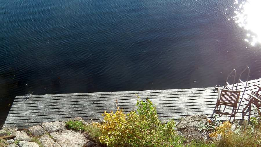 Blick vom Haus hinunter zum eigenen Bootssteg