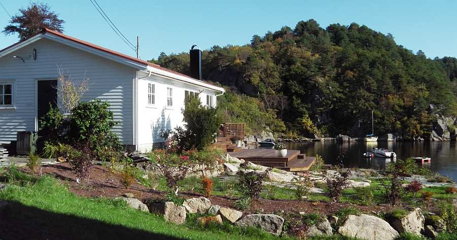 Das Haus liegt auf einem großen Gartengrundstück direkt am Wasser