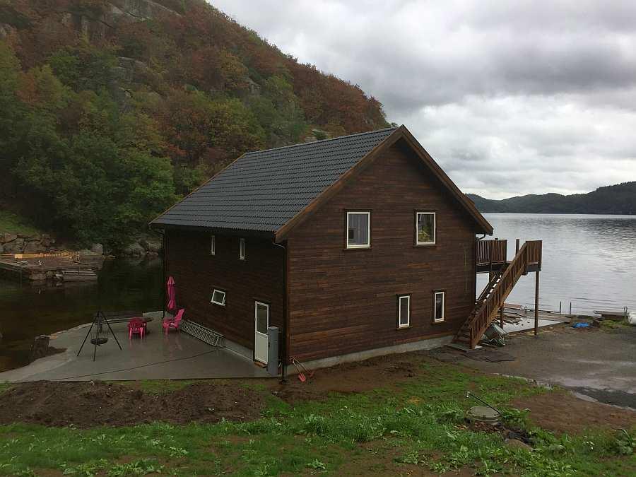 Haus Bjørsviga wurde 2018 komplett neu erbaut. Hier ist  der Hausbau selbst fast abgeschlossen. Nun wird der Außenbereich noch fertiggestellt (Stand November 2019)