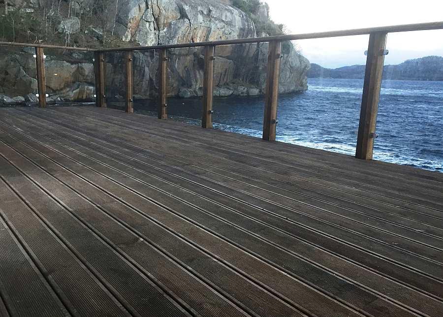 Blick von der Veranda auf den anschließenden Fjord