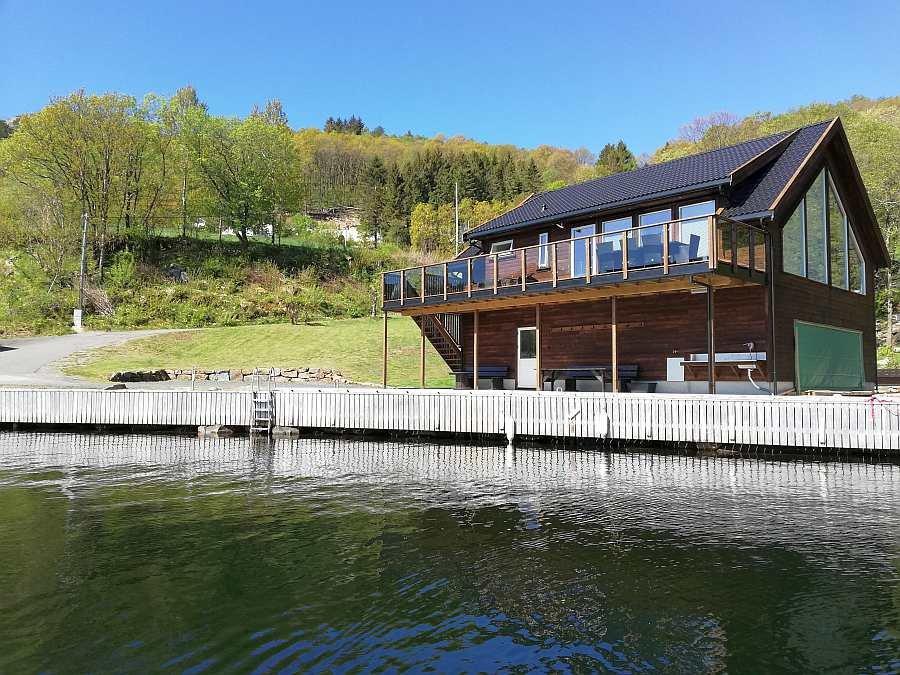 Der Neubau ist  fast fertig! (Stand Mai 2019) Haus Bjørsviga ist der Bauart von norwegischen Bootshäusern nachempfunden. Man wohnt quasi über dem Wasser...